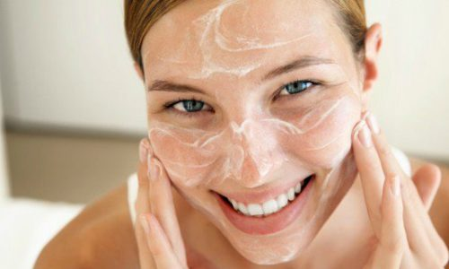 Cosa fare per prendersi cura della pelle grassa